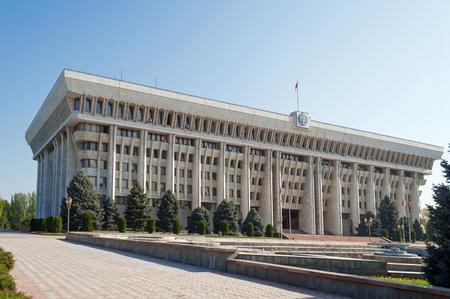 BISHKEK, Kirgizië - 2 mei 2014: Witte Huis - parlementsgebouw. Bishkek voorheen Frunze, is de hoofdstad en de grootste stad van de Kirgizische Republiek. De bevolking - 900.000 mensen