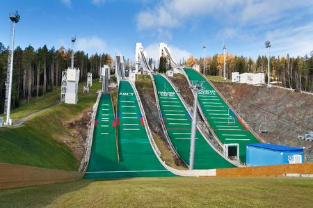"""springplank: Nizjni Tagil, Rusland - OKT 11, 2014: Springplank complex op Mount Long. Het is een van de grootste complexen in Rusland, is een rating van """"100 beste springplanken van de wereld"""", werd geopend op 16 februari 2013. Vier springplank hoogte 40, 60, 90 en 120 meter Redactioneel"""
