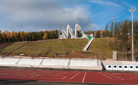"""springboard: Nizhny Tagil, Rusia - TRO 11, 2014: Complejo de trampol�n en el Monte Largo. Es uno de los complejos m�s grandes de Rusia, es una clasificaci�n de las """"100 mejores trampolines del mundo"""", fue inaugurado 16 de febrero de 2013. Cuatro trampol�n altura de 40, 60, 90 y 120 metros Editorial"""