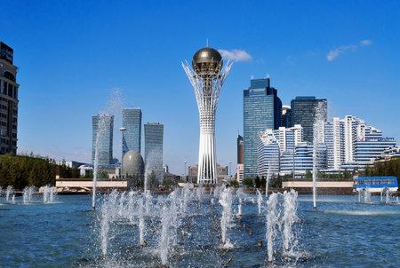 ASTANA, Kazajstán - el 10 de mayo 2014: Bayterek es un monumento y la observación de la torre en Astana. La altura de los edificios 105 metros. Editorial