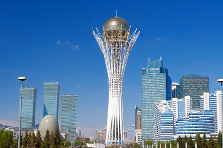 Astana, Kazachstan - 10 mei 2014: Bayterek is een monument en observatie toren in Astana. De hoogte van de gebouwen 105 meter.