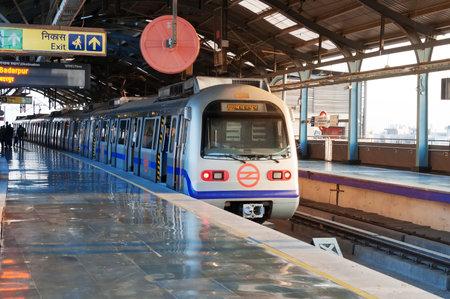New Delhi, India, december - 5, 2014: Delhi metrostation. Delhi Metro is het netwerk bestaat uit vijf gekleurde lijnen (rood, blauw, groen, geel, paars), plus een zesde Airport Express lijn, met een totale lengte van 193 kilometer
