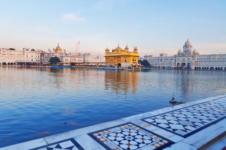 darbar: Golden Temple (Harmandir Sahib anche Darbar Sahib) la mattina presto. Amritsar. Punjab. India