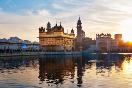 darbar: Golden Temple (Harmandir Sahib anche Darbar Sahib) nel primo mattino al sorgere del sole. Amritsar. Punjab. India