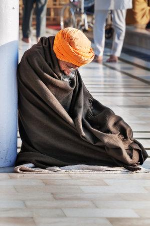 darbar: Amritsar, India, dicembre - 7, 2014: non identificato Sikh uomo che prega in Golden Temple (Harmandir Sahib anche Darbar Sahib). Golden Temple � il pi� sacro Sikh Gurdwara situato nella citt� di Amritsar, Punjab, India.