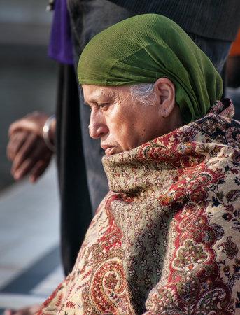 darbar: Amritsar, India, dicembre - 7, 2014: la donna non identificata in Golden Temple (Harmandir Sahib anche Darbar Sahib). Golden Temple � il pi� sacro Sikh Gurdwara situato nella citt� di Amritsar, Punjab, India. Editoriali
