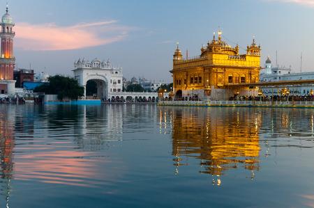 darbar: Golden Temple (Harmandir Sahib anche Darbar Sahib) in serata. Amritsar. Punjab. India