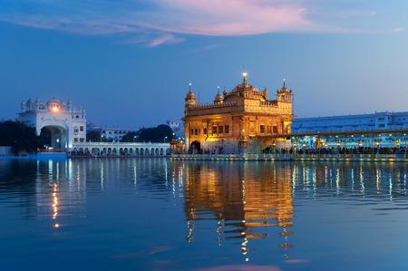 darbar: Golden Temple (Harmandir Sahib anche Darbar Sahib) la sera al tramonto. Amritsar. Punjab. India
