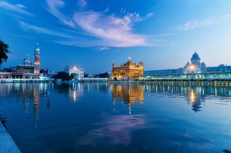 templo: Golden Temple (Harmandir Sahib también Darbar Sahib) por la tarde a la puesta del sol. Amritsar. Punjab. India