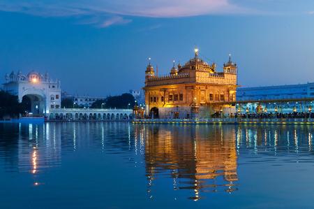 Golden Temple (Harmandir Sahib ook Darbar Sahib) in de avond bij zonsondergang. Amritsar. Punjab. Indië Stockfoto