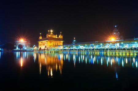 darbar: Golden Temple (Harmandir Sahib also Darbar Sahib) at night. Amritsar. Punjab. India Archivio Fotografico