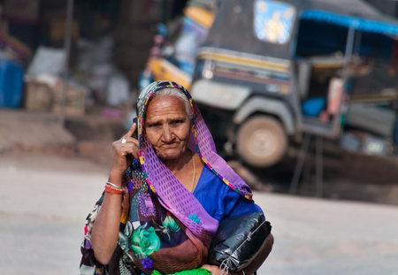 Orchha, INDIA - 19 december 2014: De niet geïdentificeerde Indiase vrouw praten over de mobiele telefoon op de straat