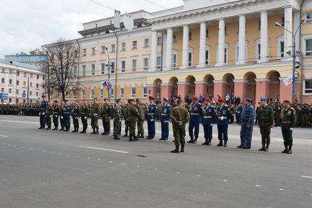 batallon: Nizhny Novgorod, Rusia - 04 de mayo 2015: los comandantes del batall�n de uniformados est�n en el ensayo del desfile militar que conmemora el 70 aniversario de la victoria en Pozharsky y Minin Square