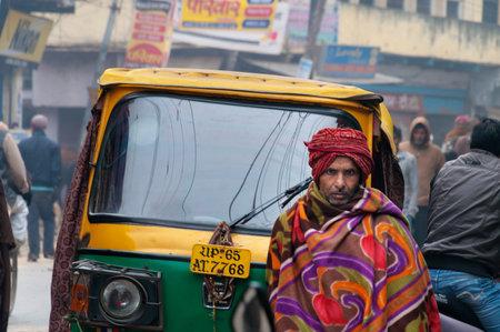 hindues: VARANASI, INDIA - 23 de diciembre 2014: En la calle fría mañana de niebla en invierno en Varanasi, Uttar Pradesh. Varanasi es la más santa de las siete ciudades sagradas del hinduismo y el jainismo. Los hindúes creen que la muerte en Varanasi trae la salvación.