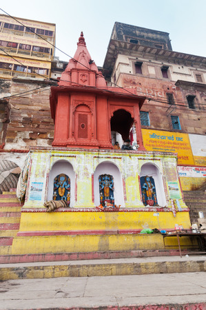 hinduism: VARANASI, INDIA - 23 de diciembre 2014: Ahilya Bai Ghat en Varanasi. Uttar Pradesh. Varanasi es la m�s santa de las siete ciudades sagradas del hinduismo y el jainismo.