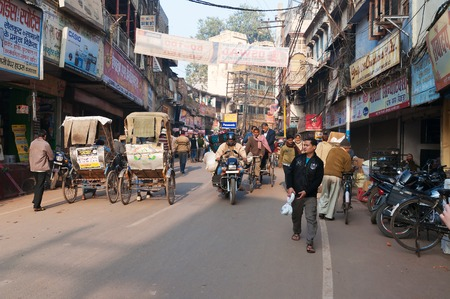 hindus: VARANASI, INDIA - 23 de diciembre 2014: En la calle en Varanasi, Uttar Pradesh. Varanasi es la m�s santa de las siete ciudades sagradas del hinduismo y el jainismo. Los hind�es creen que la muerte en Varanasi trae la salvaci�n.