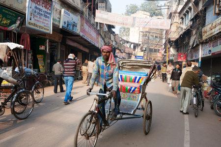 hindues: VARANASI, INDIA - 23 de diciembre 2014: En la calle en Varanasi, Uttar Pradesh. Varanasi es la más santa de las siete ciudades sagradas del hinduismo y el jainismo. Los hindúes creen que la muerte en Varanasi trae la salvación.