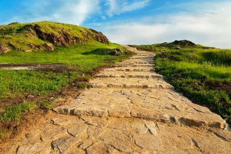 cielo: Piedra escalera al cielo. Escaleras arriba de la colina verde Foto de archivo
