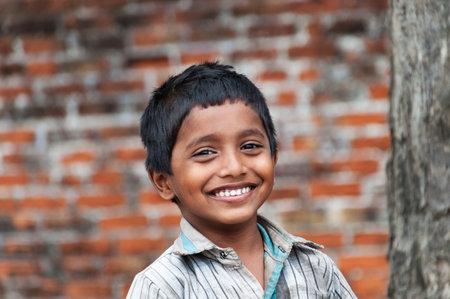 KOVALAM, INDIA - 28 december 2014: portret van niet-geïdentificeerde Indiase jongen op straat in vissersdorp. Kovalam. Kerala. Indië