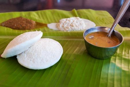petit déjeuner: Petit-déjeuner Idli indien sur la feuille de palmier. Petit-déjeuner sud de l'Inde traditionnelle