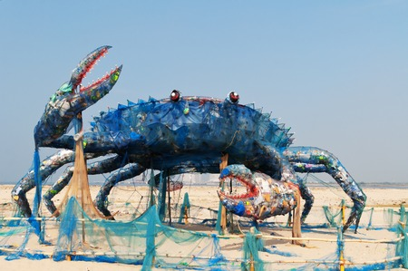 Fort Kochi, India - 7 januari 2015: The Mad Krab op het strand, een installatie kunst met kunststofafval. Plastics en dergelijke niet-biologisch afbreekbaar afval vormen de belangrijkste bedreiging voor de mariene ecosystemen in de 21e eeuw