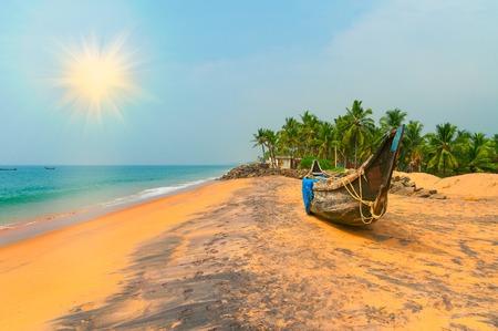 palmeras: Barco de pesca en la playa tropical en Varkala. Kerala. India