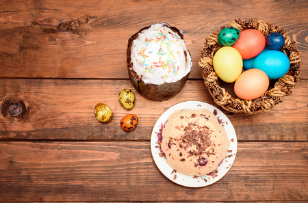 quark: Traditional Easter cake, quark dessert and easter eggs on the wooden table. top view Stock Photo