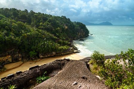 Widok na plażę z urwiska. Telok padan kecil w Parku Narodowym Bako. Sarawak. Borneo. Malezja