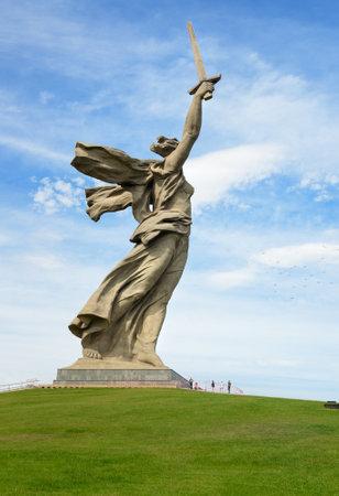 総: Volgograd, Russia - August 31, 2016: Motherland Calls monument. Memorial complex Mamayev Kurgan. Total height of sculpture together with sword -85 metres.Total weight of construction - 8 thousand tons
