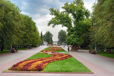 arbol alamo: Volgogrado, Rusia - 31 de agosto 2016: Flor de la cama y el árbol de álamo en la Plaza Memorial de los combatientes caídos. Es el único árbol que queda después de la batalla de Stalingrado