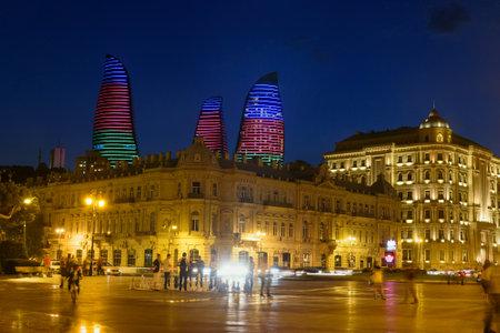 Baku, Azerbeidzjan - 10 september 2016: Nacht uitzicht op de stad met Flame Towers van Seaside boulevard. Bakoe is de grootste stad aan de Kaspische Zee en de Kaukasus