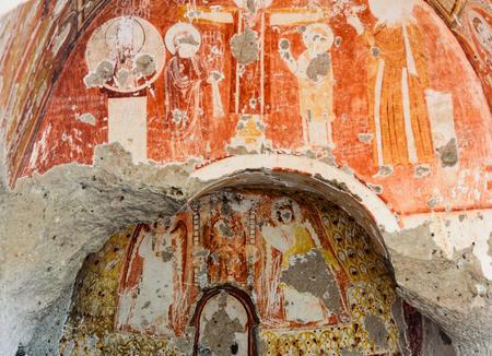 pintura rupestre: Iglesia con uvas en el valle rojo en Cappadocia. Provincia de Nevsehir. Turquía