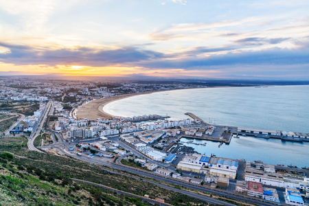 Mening van lang, breed strand in de stad van Agadir bij zonsopgang, Marokko. Stockfoto