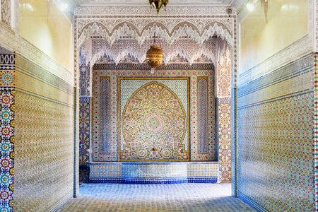 Marrakesch, Marokko - 12. Januar 2017: Eingang zum Ensemble Artisanal ist mit Vielzahl von Shops mit einem offenen Arbeitsplatz komplex Standard-Bild - 87198463