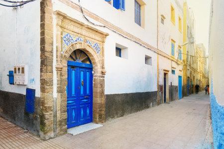 Traditionele Marokkaanse oude blauwe deur in medina. Essaouria, Marokko