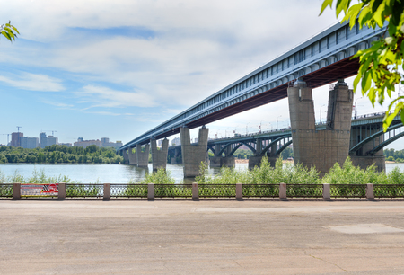 노보시비르스크, 러시아 -2011 년 6 월 29 일 : Ob 강 이상 메트로 다리. 그것은 세계에서 가장 긴 지하철 다리입니다. 총 길이는 2145m, 그 중 강 부분은 896m