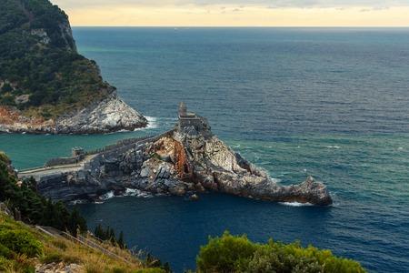 Blick auf die Kirche St. Peter in Portovenere oder Porto Venere Stadt an der ligurischen Küste. Provinz La Spezia. Italien Standard-Bild