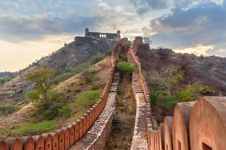 Ancient long wall with towers around Amber Fort, and view of Jaigarh Fort. Jaipur. Rajasthan. India Stockfoto - 123060216