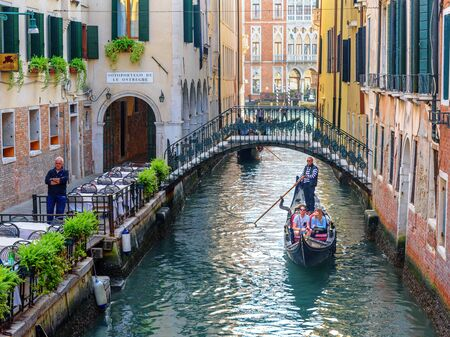 Venedig, Italien - 23. Oktober 2018: Gondeln auf dem Canal Rio de l'Alboro Editorial