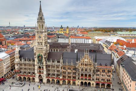 Luftstadtbild der Münchner Altstadt mit dem Neuen Rathaus, Rathaus am Marienplatz. München. Deutschland