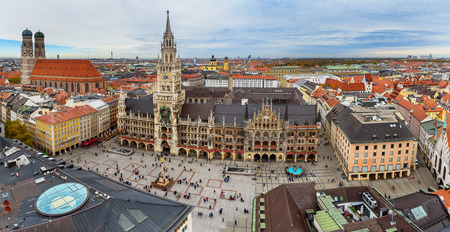 Luftstadtbild der Münchner Altstadt mit dem Neuen Rathaus am Marienplatz und der Frauenkirche. München. Deutschland Standard-Bild