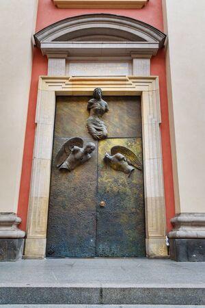 Church of the Gracious Mother of God or Jesuit Church, Church doors by Igor Mitoraj in Warsaw. Poland Standard-Bild