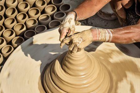 Indischer Töpfer, der Tontöpfe auf Töpferscheibe in Bikaner macht. Rajasthan, Indien