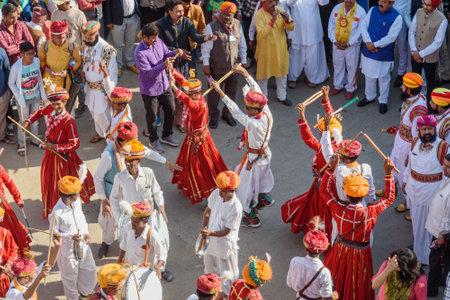 Jaisalmer, Inde - 17 février 2019 : procession de cérémonie des hommes indiens dansant en vêtements traditionnels au festival du désert à Jaisalmer. Rajasthan Éditoriale