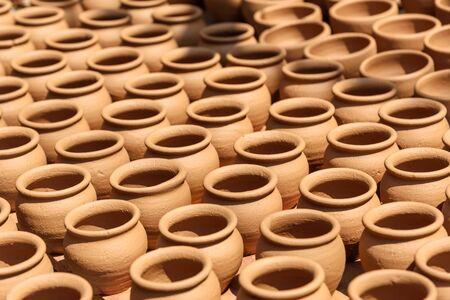 Ollas de barro en la calle de la ciudad de cerámica es un lugar antiguo en Bangalore. India Foto de archivo
