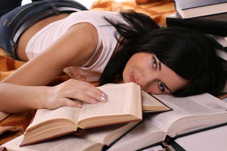 libros abiertos: ni�a se encuentra en los libros abiertos