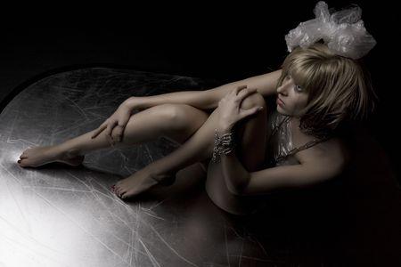 Photo d'une belle jeune fille blonde � l'image de fou. Drabble d'encre pour les cils et les cheveux hirsute. Banque d'images - 4636457