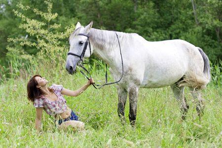 La imagen de una chica hermosa morena con caballo Foto de archivo - 5227450