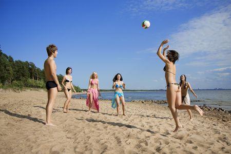 Imagen de las personas en la playa jugando voleibol Foto de archivo - 5825783