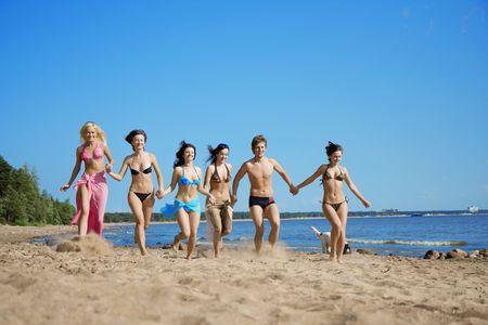 La imagen de un grupo de amigos que están saltando en la playa  Foto de archivo - 6008439